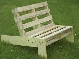 siege en palette fauteuil de jardin en palette esprit cabane idees creatives et