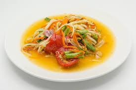 fond blanc cuisine salade ou somtum verte épicée de papaye sur le fond blanc cuisine