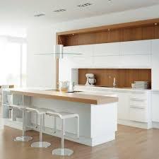 cuisine blanc et noyer blancheur mise en valeur par le bois de noyer ideeco