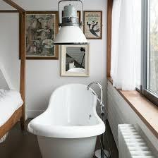 baignoire dans chambre design interieur salle de bains moderne baignoire blanche chambre a