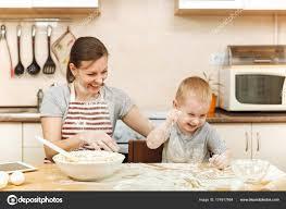 maman baise en cuisine petit garçon enfant aide la mère à cuire noël biscuit gingembre dans