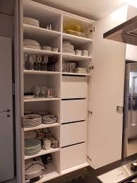 louças organizadas e dispensa de alimentos fora da visão em