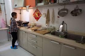 faire r馘uire en cuisine un petit garçon chinois apprend à faire cuire dans la cuisine image