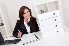 affaires de bureau portrait d une femme d affaires avec beaucoup de paperasse à bureau