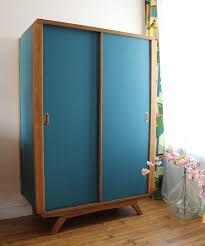 armoire vintage chambre armoire portes coulissantes vintage bleue photo de c est trop