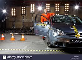 si e auto crash test ein crashtest dummy einem auto stehen und stützte sich auf sie