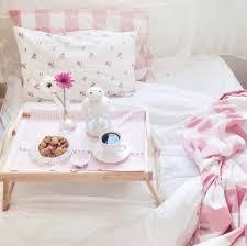chambre et petit dejeuner brunch petit déjeuner au lit bedroom chambre plateau café cocon