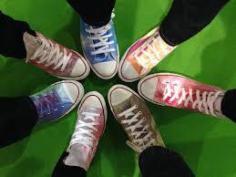 chucks selbst designen converse chucks create with marabu fashion spray color and