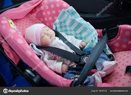 siege auto bebe fille nouveau né endormi dans le siège auto concept de sécurité bébé