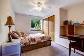 chambre de garde intérieur simpliste et confortable de chambre à coucher avec la