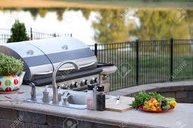 cuisiner avec barbecue a gaz préparer un repas sain d été dans une cuisine extérieure avec