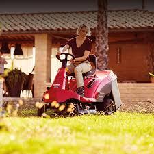 panoramica trattorini trattorini rasaerba prato e giardino
