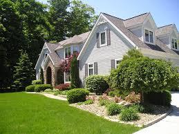 avoiding cramped backyard arrangement with sleek house landscape
