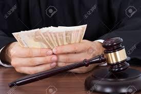 sexe au bureau section médiane de juge de sexe masculin de l argent comptant au