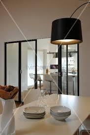falttür küche blick vom esstisch durch eine moderne falttür in die küche bild
