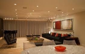 ventilateur de cuisine poutre de plafond en bois foncé tapis fourrure grise hotte cuisine