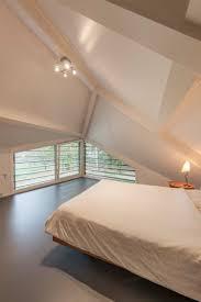 decoration chambre comble avec mur incliné chambre toit en pente