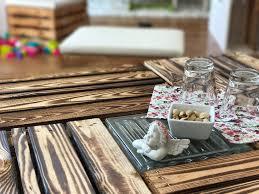 Wohnzimmertisch Aus Obstkisten Möbel Couchtisch Aus Versch Geflammten Apfelkisten Auf Klötzen