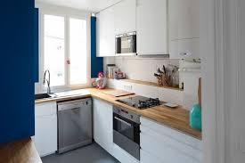 cuisine coloré une cuisine blanche sublimée par un mur coloré carrelage en relief