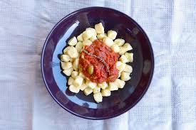 cuisiner les gnocchis gnocchis à la sauce puttanesca la cuisine de micheline