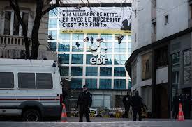 siege edf des militants greenpeace bloquent l acces au siege d edf julien