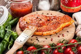 cuisiner cru mariné steak de porc cru sur planche à découper et ingrédients pour