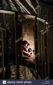 chambre secr鑼e un peur peur peur adolescente femme se recroquevillant dans