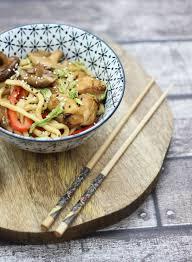 cuisiner un poulet wok de nouilles express aux légumes et poulet yakitori régal