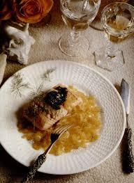 comment cuisiner le pavé de saumon recette pavés de saumon à la purée d olive et aux oignons fondants