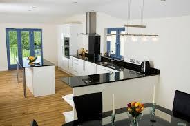 plan de cuisine moderne cuisine blanche avec plan de travail noir 73 idées de relooking