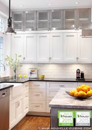 cuisine de style shaker style kitchen with lacquered cabinets and quartz countertops