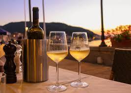 sur la table wine glasses bouteille de vin blanc et de deux verres sur la table de restaurant