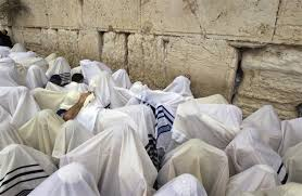 prayer shawls from israel jerusalem in photos thousands gather at kotel for semi annual