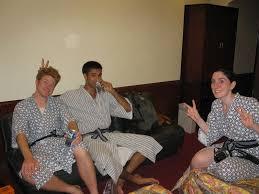 robe de chambre japonaise première soirée à naha en robe de chambre japonaise photo de a