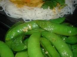 cuisiner pois gourmand pois gourmands sucrés à l ail recette ptitchef