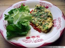 fleurs de ciboulette en cuisine omelette aux fleurs de ciboulette et aux poivrons grillés à l huile