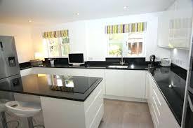 plan de travail cuisine blanc brillant plan de travail cuisine blanc cuisine blanche frigo noir un plan de