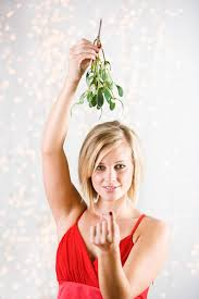 christmas mistletoe why do the mistletoe at christmas what colour