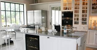 cuisine avec cave a vin un îlot et un vaisselier qui valorisent le bâti cuisine ambiance
