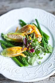 cuisiner fleurs de courgettes fleurs de courgettes farcies au couscous basilic fromage de chèvre