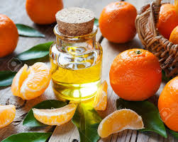 huile essentielle cuisine bouteille d huile essentielle d agrumes et les mandarines mûres avec