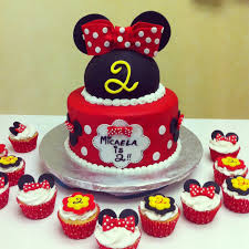 minnie mouse birthday cakes minnie mouse birthday cake with matching cupcakes cakecentral