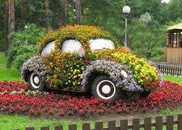 yard decor ideas with old car decorated with flowers creative
