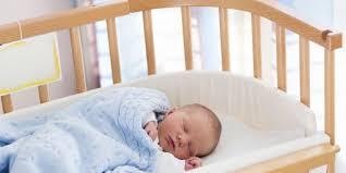 bebe dans chambre des parents faire dormir bébé dans la chambre des parents diminue de moitié le
