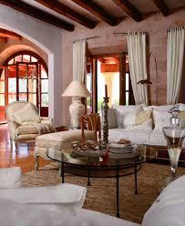 wohnzimmer im mediterranen landhausstil mediterran geprägter landhausstil merkmale sind eisenmöbel und