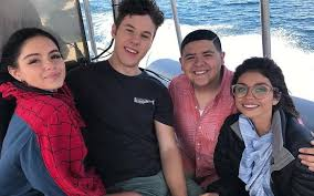 Seeking Episode Cast The Modern Family Cast Makes Work Look Like A Vacation In Lake