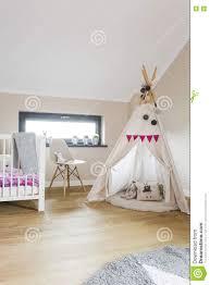 tente de chambre chambre à coucher de grenier d enfant avec une tente de tipi image