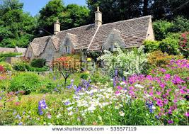 country cottage country cottage beautiful flowers garden photo libre de