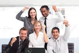 equipe bureau équipe commercial heureux de fêter un succès au bureau banque d