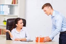 de sexe dans un bureau officeman donne présente à partenaire de sexe féminin